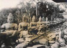 CAMBODGE c. 1960 - Allée des Géants Angkor - NV 1060