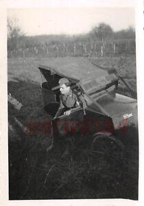 Deutscher Soldat mit Trettauto in Frankreich