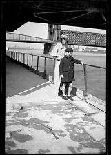 Femme & enfant au bord fleuve eau - Ancien négatif photo an. 1930 1940