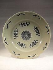 ANCIEN PLAT EN PORCELAINE DE CHINE VERT CELADON SIGNE
