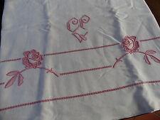 Ancien DRAP en fil  avec retour BRODE MAIN en rose fleurs et monogramme CP
