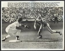 1974 WORLD SERIES Wire Photo DODGERS Garvey/Marshall Pickoff A's Herb Washington
