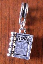 pendentif argenté livre book