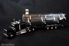 LKW mit Glastank-Auflieger in schwarz
