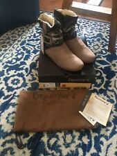 BEARPAW® Amber Packable Travel Bootie with Drawstring Bag, Taupe 8 NWT