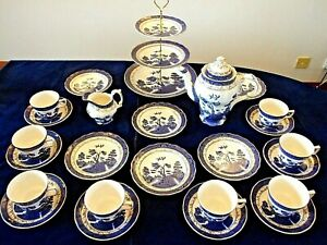 A LARGE TEA SET OF 25 PIECES COMPRISING OF VINTAGE BOOTHS REAL OLD WILLOW CHINA