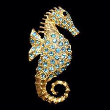 Goldfarbene Seepferdchen Brosche mit aquamarinfarbenen Kristallen