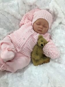 REBORN DOLL CLOSED EYE HEAVY GIRL FAKE BABY BALD PINK KNITTED OUTFIT S 016