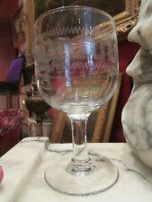 ancien verre a vin a pied gravé decor a la grecque