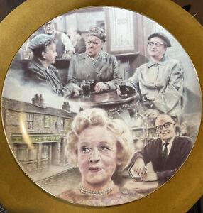 RARE HAMILTON coronation street 'GOSSIP IN THE SNUG 1995 collectors plate