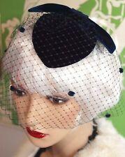 Style vintage fascinator voile chapeau bleu marine velours teardrop chapeau plain ou dotty voile