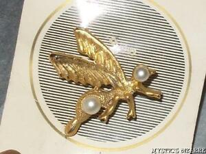 VINTAGE 60'S PETITE FASHIONS TEXTURED GOLD TONE FAUX PEARL BUG WASP BEE BROOCH