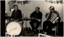 """Echtfoto-AK um 1950 Musik Trio """"MARYBA"""" Männer beim Musizieren mit Instrumenten"""