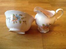 IMPIANTO TOSCANO CINA (1 Aperto Sugar Bowl & 1 Latte/Crema Brocca) rosa con motivo floreale