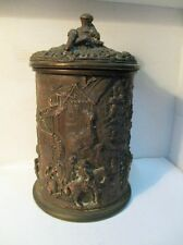 Exceptionnel ancien pot à tabac en cuivre, décoré de scènes de genre