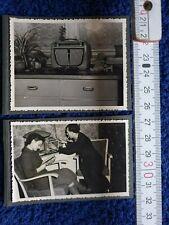 Foto 2x Foto mit RFT Koffersuper altes Radio um 1953 DDR Alltag Frau Mann