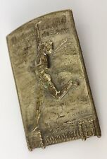 antiker Anstecker von 1922 mit Figurmotiv und Schriftzug
