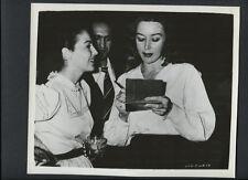 AVA GARDNER WITH GLORIA GRAHAME (?) CANDID PHOTO - 1950s VINTAGE PHOTO