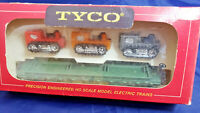 Tyco WESTERN MARYLAND 2475 GREEN SKID FLAT CAR + 3 TRACTORS. HO SCALE VINTAGE
