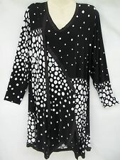 MAGNA FASHION TRAVEL KNIT LONG SLEEVE/SHARK BITE TUNIC     1X(B) BLACK/WHITE DOT