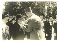 Le Général De Gaulle, remise de décoration Vintage silver print Tirage argenti