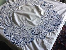 Grande nappe ronde ancienne, coton fin blanc, broderies et dentelles tout autour