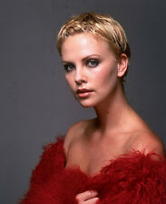 Charlize Theron UNSIGNED photo - E1190 - STUNNING!!!!!
