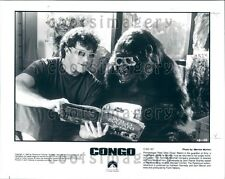1995 Actor Dylan Walsh & Gorilla Wear Glasses & Read Book in Congo Press Photo