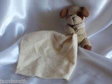 Doudou chien beige et marron et son mouchoir, L.Dake en zn
