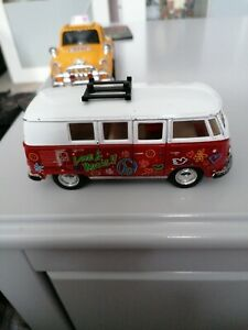 KINSMART 1962 VOLKSWAGON CLASSIC BUS RED LOVE & PEACE 1.32 SCALE