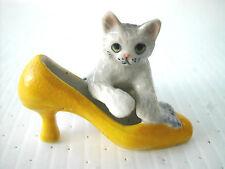 KLIMA K518 Miniature statuette en porcelaine - CHAT AVEC CHAUSSURE JAUNE