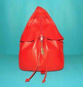 sac LA BAGAGERIE en cuir rouge porté épaule
