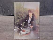 Carte Postale moto - Femme sans casque sur sa moto