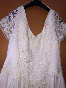 Hochzeitskleid mit Schleppe verziert mit Stickerei und Pailletten in Gr. 44