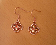 Rozegoudkleurige oorbellen hanger bloem met kleine witte oranje strass-steentjes