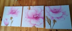 Set of 3 Square Canvases With Pink Flower Print In Excellent Condition