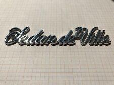 Cadillac Sedan deVille Schrift Kofferraum Kotflügel Emblem Script Trunk Ornament
