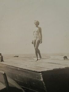 VINTAGE WW2 ERA OAK STREET BEACH AMERICAN GIRL CHICAGO LAKE MICHIGAN BOAT PHOTO