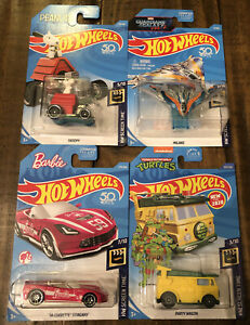 Hot Wheels HW SCREEN TIME -TEENAGE MUTANT NINJA TURTLES, BARBIE, SNOOPY & MILANO