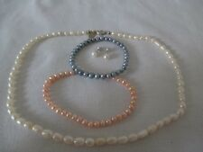 4 Teile Konvolut Perlenset Halskette Armband Ohrringe Weiß Rosa Blau Zuchtperlen