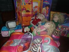 Groovy Girls - Lot with Dolls, wardrobe car & salon + more