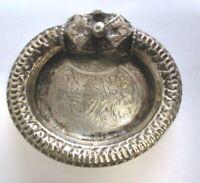 Antico posacenere in argento 800 finemente cesellato con decorazione orientale.