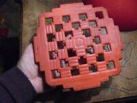 Rustique Dessous de plat en Fonte Emaillée Rouge Style Art Déco