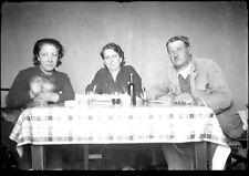 Femmes et homme à table repas chien - négatif photo ancien an. 1930