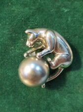 """Bijou Très joli pendentif """"chat jouant avec une balle"""" en métal argenté"""