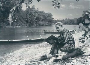 1961 Press Photo Artist Thomas Hart Benton on Banks of Current River Ozarks