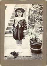 PHOTO  une enfant pose avec des chiots fashion / A child with puppies 1913