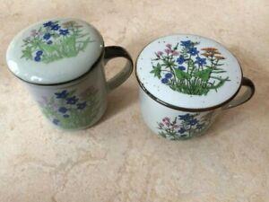 2 Teetassen mit Sieb und Deckel aus Porzellan