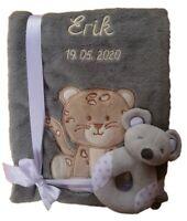 Babydecke u Namen bestickt Rassel Babyspielzeug Geschenk Baby Taufe Geburt grau