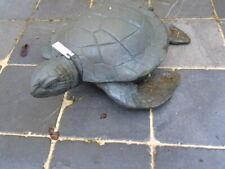statue d une tortue fontaine en bronze , décoration étang , jet d eau .